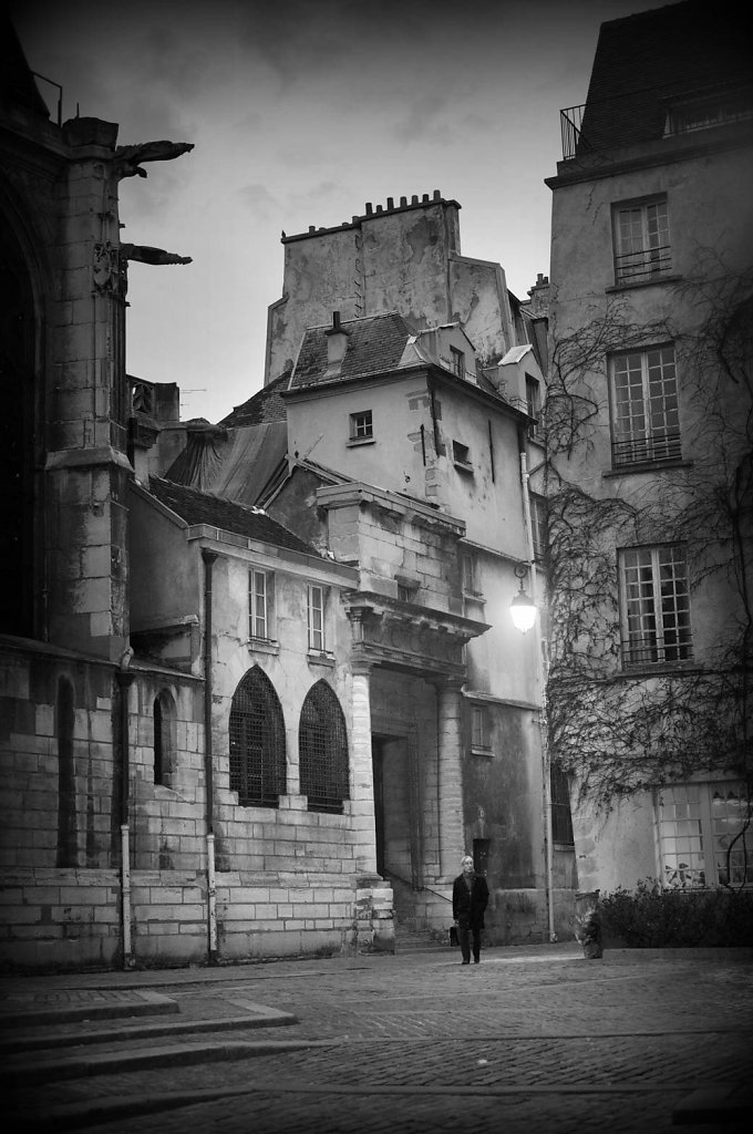 lost-in-the-old-Paris.jpg